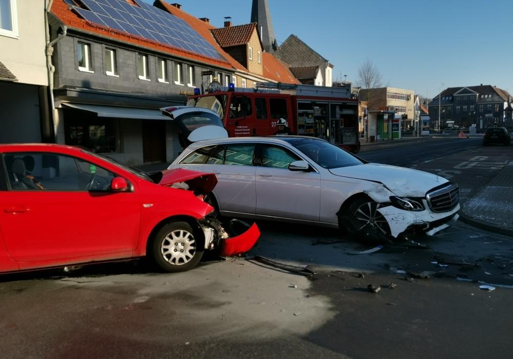 Die Autos mussten abgeschleppt werden. Fotos: Feuerwehr Schöppenstedt