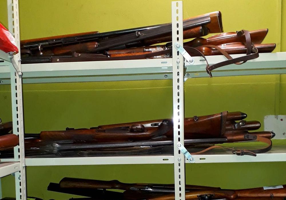 Im Zuge der Amnestie bereits abgegebene Waffen im Tresorraum. Fotos: Landkreis Peine