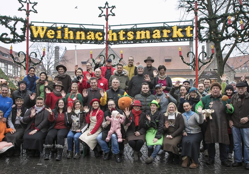 Die Marktkaufleute wünschen besinnliche Weihnachtsfeiertage und freuen sich auf das Wiedersehen am 26. Dezember. Foto: Braunschweig Stadtmarketing GmbH/Peter Sierigk
