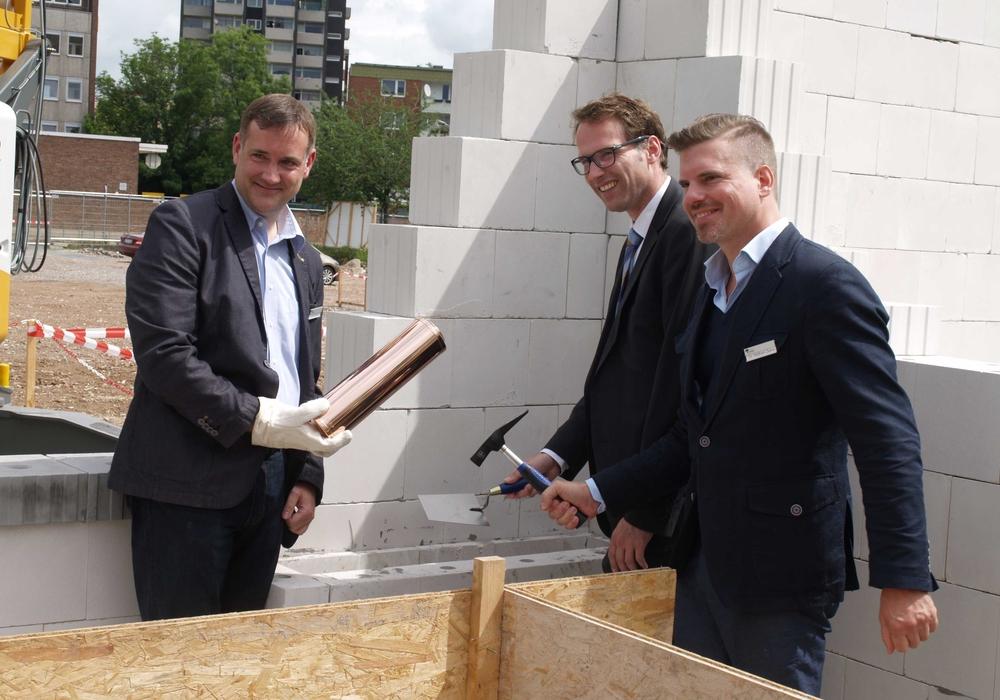 Feierliche Grundsteinlegung mit Stadtbaurat Michael Tacke (mitte), sowie Dr. Wolram Zeie (rechts), sowie Till Duchatsch (links) als Vertreter der Projektentwicklungsgesellschaft Geritas. Foto: Geritas Projekte GmbH Co. KG