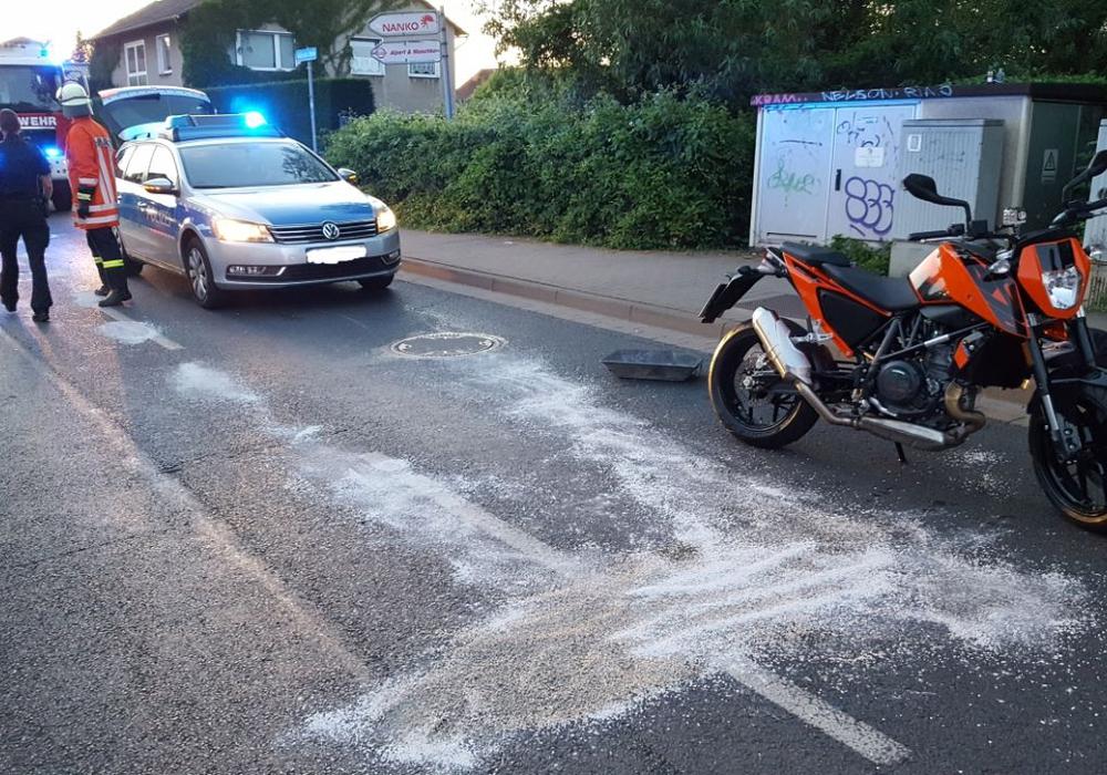 Auslgelaufener Kraftstoff musste abgestreut werden. Fotos: Feuerwehr Wolfenbüttel/Ls