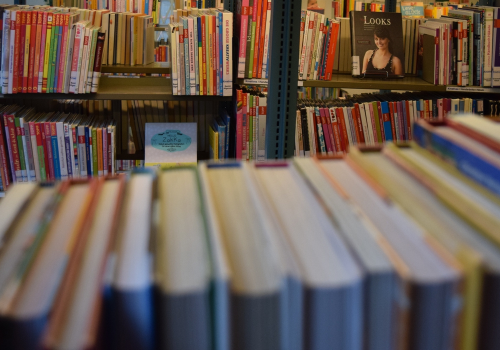 Zahlreiche Bücher warten beim Bücherflohmarkt auf ihre neuen Besitzer. Foto: Stadt Goslar