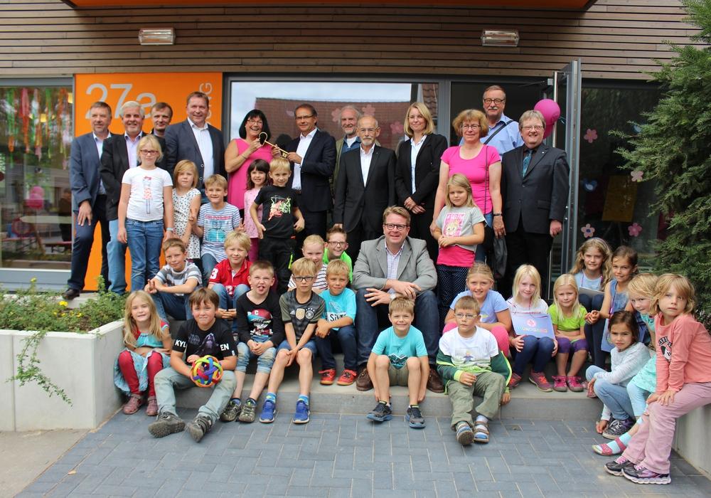 Kinder, Erzieher und Vertreter der Stadt bei der Eröffnung des neuen Gebäudes für die Schulkindbetreuung in Leiferde. Fotos: Max Förster