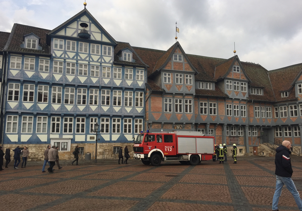 Am Freitagmorgen löste die Brandmeldeanlage im Rathaus aus. Alle Mitarbeiter mussten das Gebäude verlassen. Fotos: Anke Donner