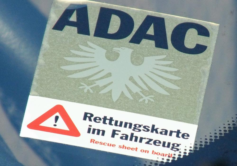 """Aufkleber """"Rettungskarte"""" an der Frontscheibe eines Autos. Foto Verkehrswacht/Achim Klaffehn"""