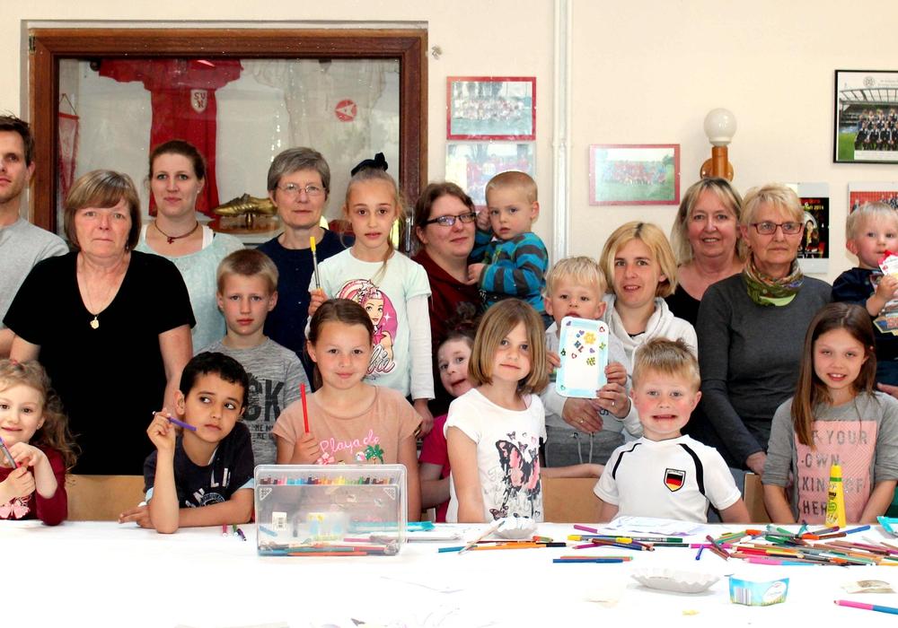 Einige Teilnehmer des Muttertagsbasteln. Foto: Bernd-Uwe Meyer
