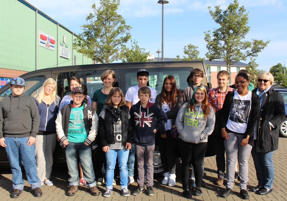 13 Kinder samt Betreuer machen sich auf den Weg nach Polen. Anja Kröger (r.), Vorsitzende des Wunschbaum e. V., verabschiedete die Kinder. Foto: Jan Borner