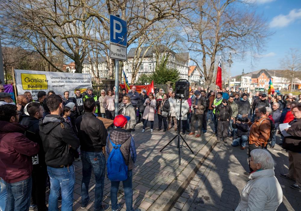 Das Goslarer Bündnis gegen Rechtsextremismus versammelte sich vor dem Hotel Achtermann. Fotos: Alec Pein