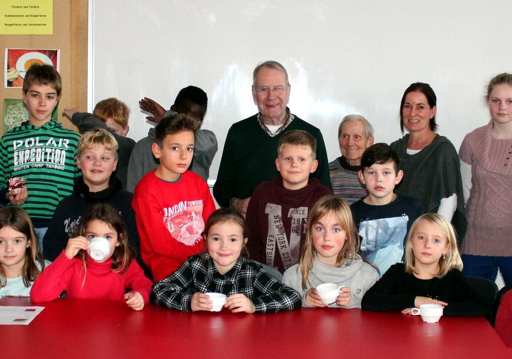 Jungen und Mädchen der Haupt- und Realschule Remlingen kochten mit großer Begeisterung aus Apfelmost Gelee und Apfelpunsch. Foto:Bernd-Uwe Meyer