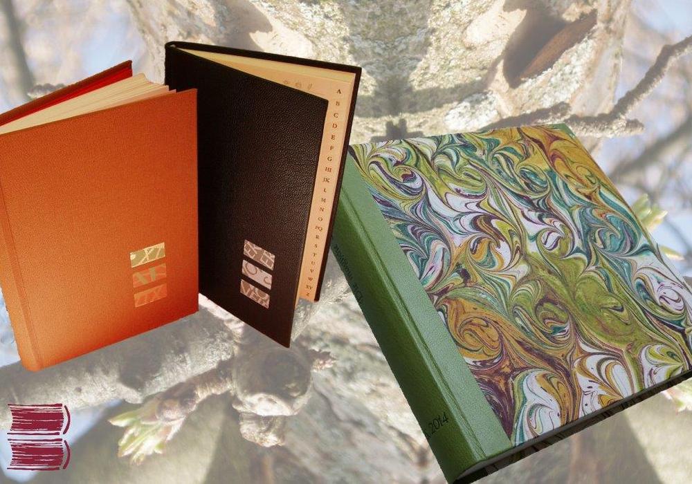 In der Buchbindewerkstatt werden die Teilnehmer von der erfahrenen Buchbindermeisterin Monika Bertram in die Kunst ihres Handwerks eingeführt. Foto: Monika Bertram