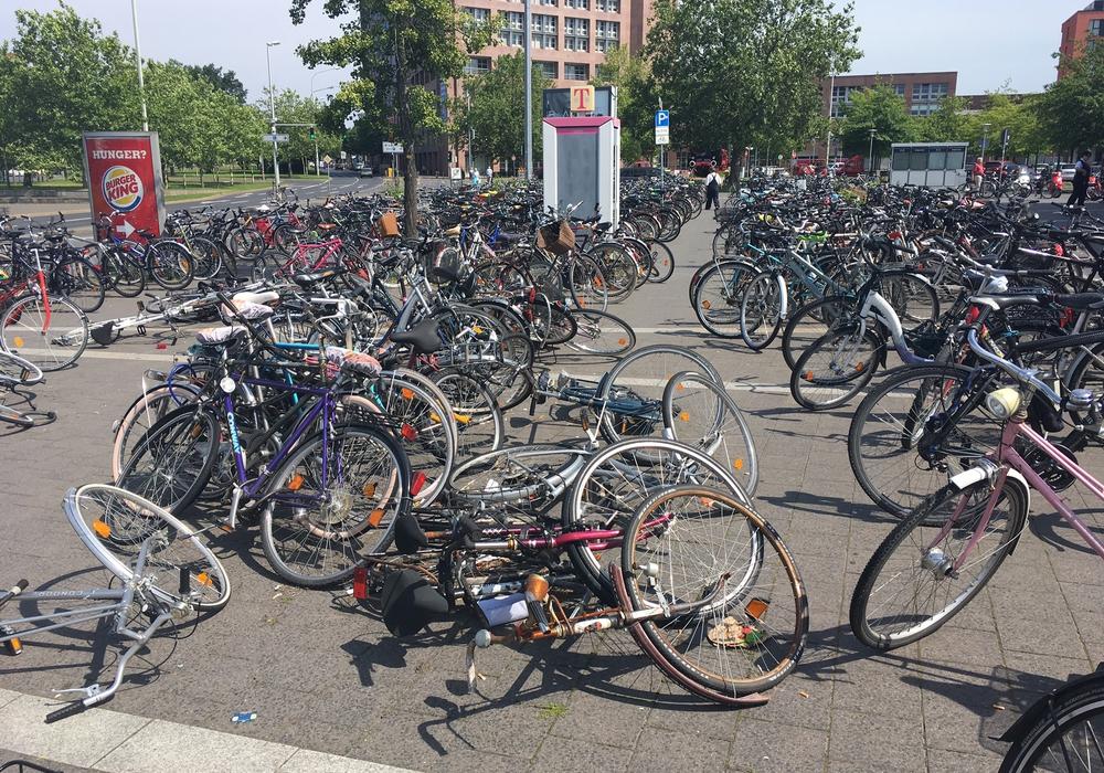 Die Fahrradsituation am Hauptbahnhof stellt viele Radler täglich vor große Probleme. Foto: Alexander Dontscheff
