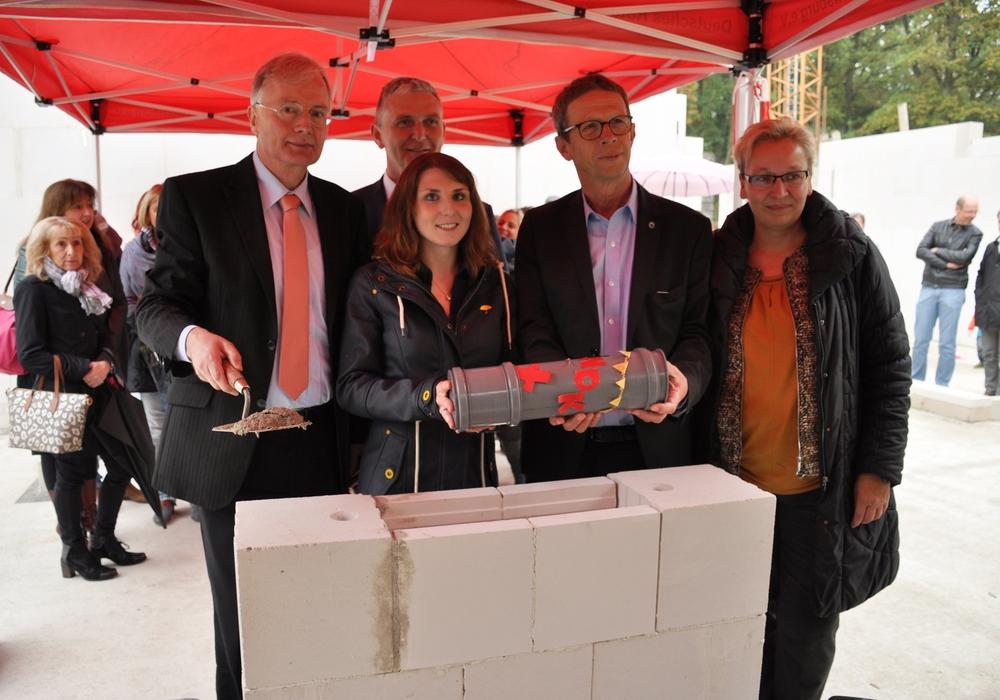 Im Rahmen eines kleinen Festaktes erfolgte am gestrigen Freitag die offizielle Grundsteinlegung für den Ausbau der geschichtsträchtigen DRK-Kita in Sandkamp. Foto: Stadt Wolfsburg