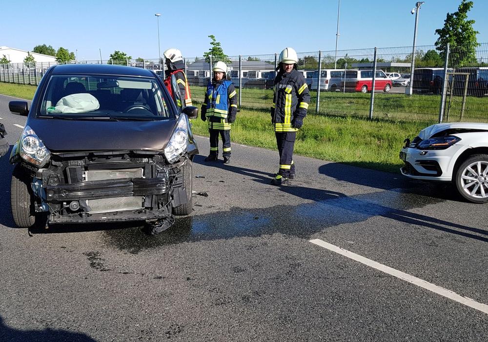 Beide Fahrzeuge mussten aufgrund der erheblichen Schäden abgeschleppt werden. Foto: Feuerwehr Fallersleben