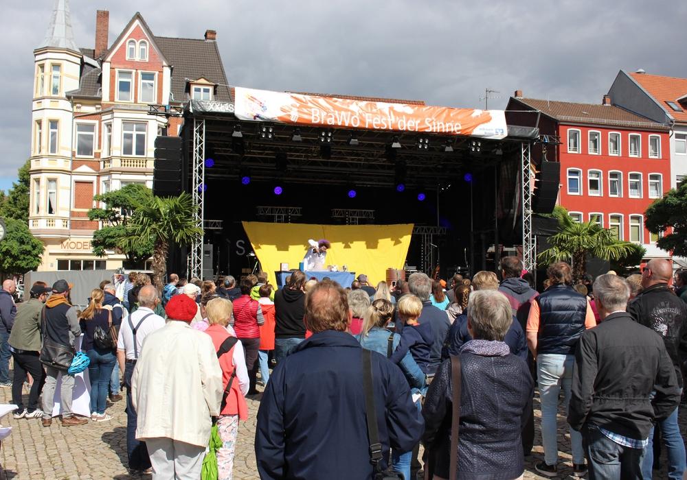 Bereits zum Auftritt von Konrad Stöckel fanden viele den Weg zum Marktplatz. Fotos: Sandra Zecchino