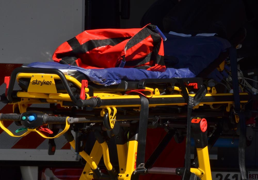 Rettungssanitäter brachten den Verletzten ins Wolfsburger Klinikum. Symbolfoto: Sandra Zecchino