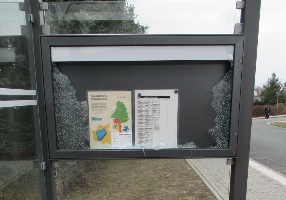 Der Schaukasten wurde von Unbekannten zerstört. Foto: Polizei