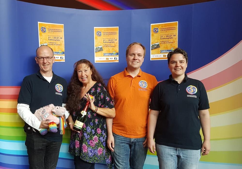 Christian Hoppe, Sabine Guth, Anton Umland, Daniela Keßler. Begleitend waren Mitglieder des CSD-Organisationsteams mit einem Infostand vor Ort. Foto: VSE Braunschweig