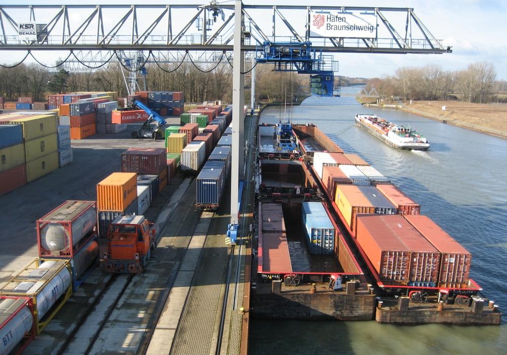 Schiffs- und Bahnverladung am Containerterminal Braunschweig.                Foto: Hafen