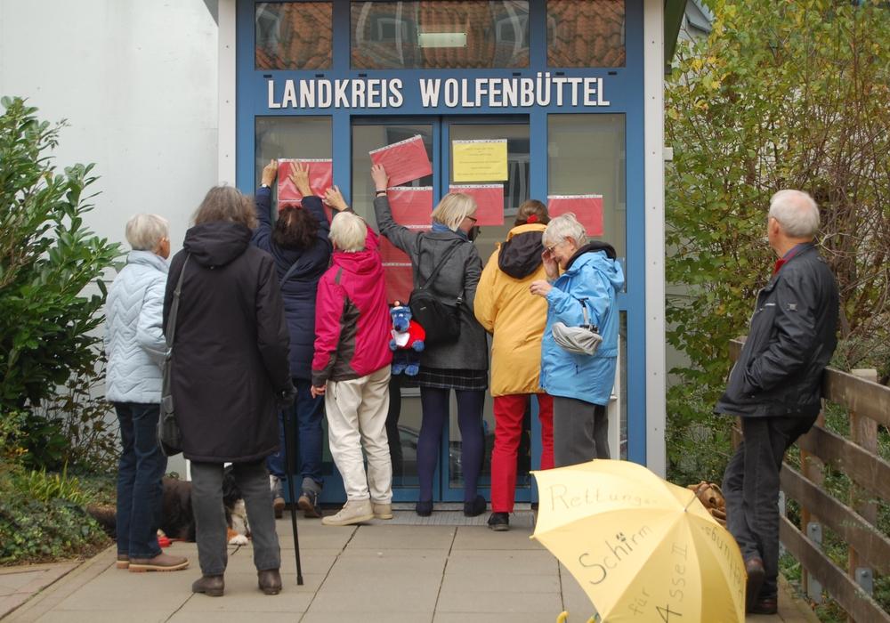 Am Reformationstag hängte die WAAG Fragen zu Asse II an die Tür des Landkreises. Foto: WAAG