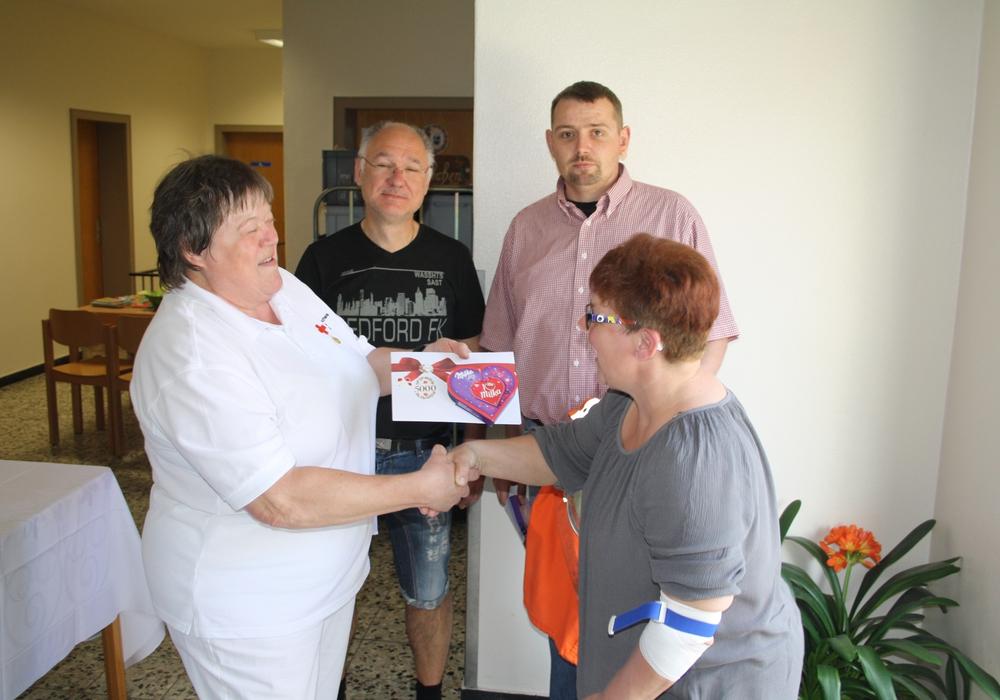 Spender 4999, 5000 und 5001 erhielten jeweils ein kleines Dankeschön für ihre Spende. Foto: DRK Ortsverein Adersheim / Leinde