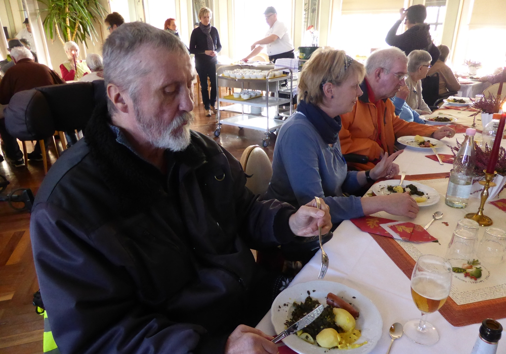 Braunkohlessen im Spiegelsaal der Seniorenbetreuung Schloß Schliestedt. Im Hintergrund: Chefkoch Ulrich Rieke beim portionieren der Teller. Foto: Sabine Resch-Hoppstock