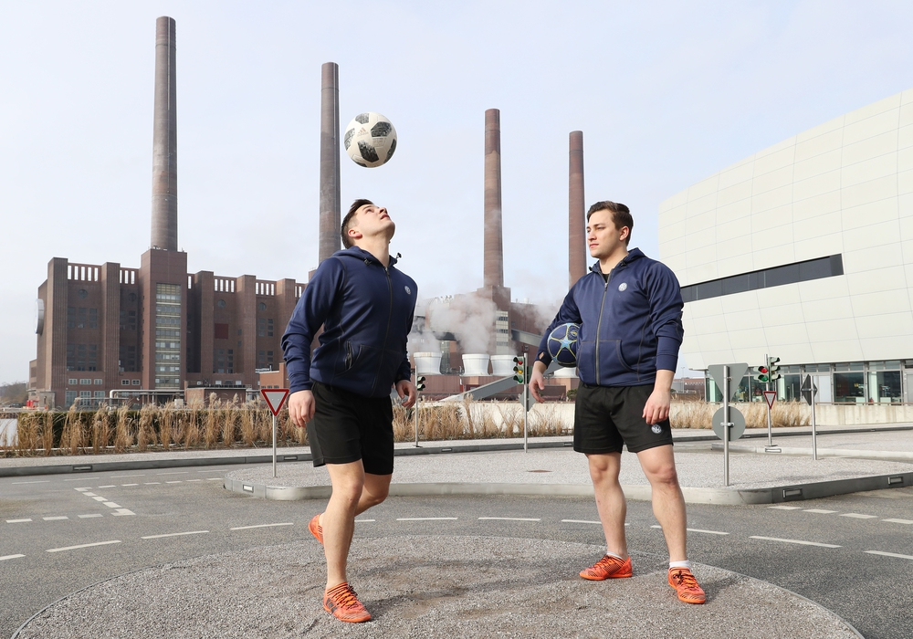 Die beiden Trickfußballer ließen selbst die schwierigsten Moves einfach aussehen. Fotos: Leitzke, Matthias