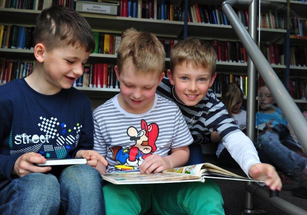 Mitarbeiter der Fahrbücherei erklären Erstklässlern den Bücherbus. Foto: Landkreis Wolfenbüttel