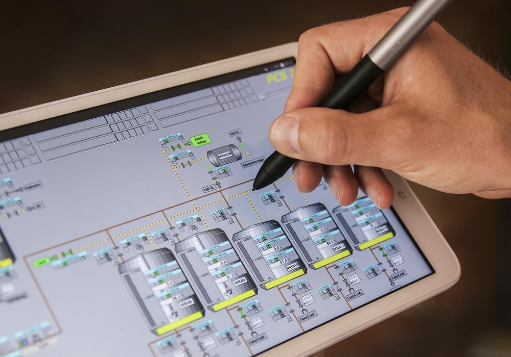 """Das Tablet als Handwerkszeug für Azubis: Die NGG will Branchen wie die Ernährungswirtschaft für die """"Industrie 4.0"""" fit machen – und setzt dabei auf den """"Digital-Nachwuchs"""". Foto: NGG"""
