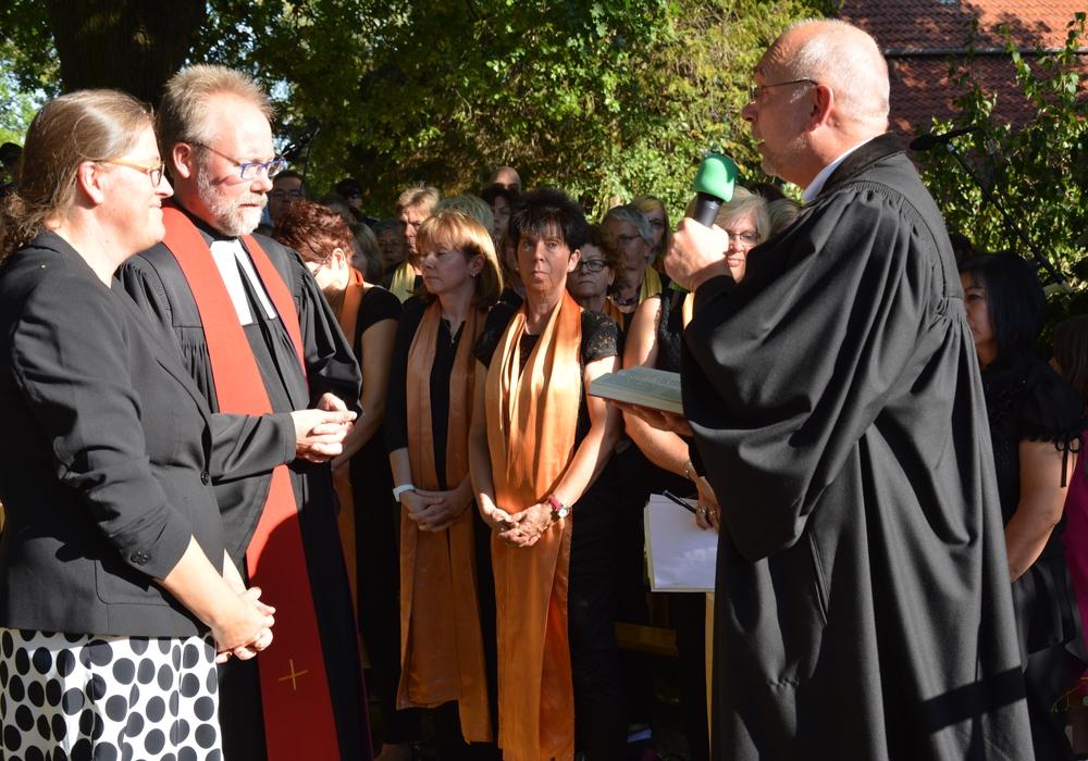Dr. Volker Menke verabschiedete das Ehepaar Jeska mit den besten Wünschen für die neuen Aufgaben. Foto: Evangelisch-Lutherischer Kirchenkreis Peine.