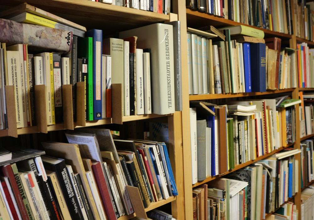 Bücher können jetzt im Bürgerbüro ausgeliehen werden. Symbolfoto: Anke Donner