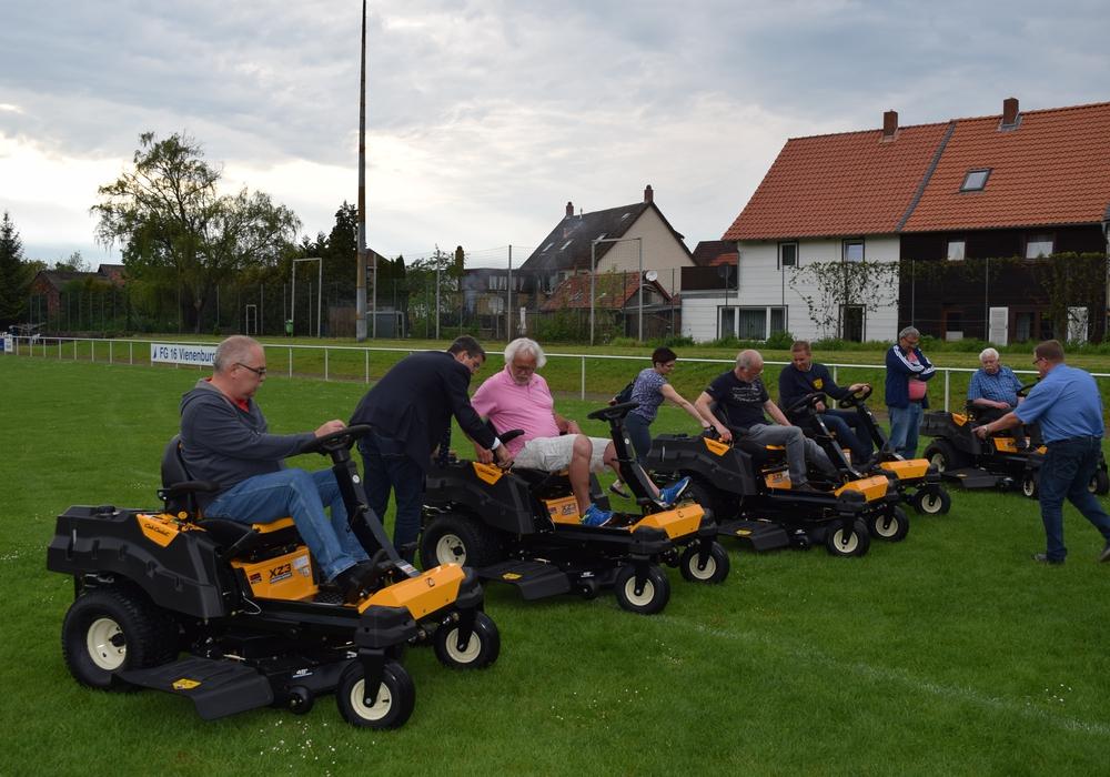 Oberbürgermeister Dr. Oliver Junk mit den Vertretern der sechs Sportvereine auf den neuen Aufsitzmähern. Foto: Stadt Goslar