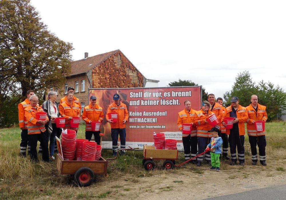 Die Feuerwehr verteilte Eimer um neue Mitarbeiter zu werben. Foto: Freiwillige Feuerwehr Semmenstedt