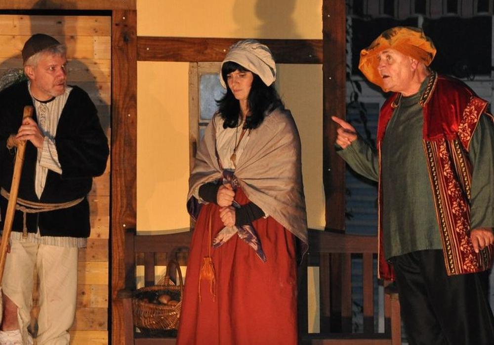 Der Reisende und der Humpelnde geben Anna Landmann Ratschläge. Fotos: Altstadt Theater