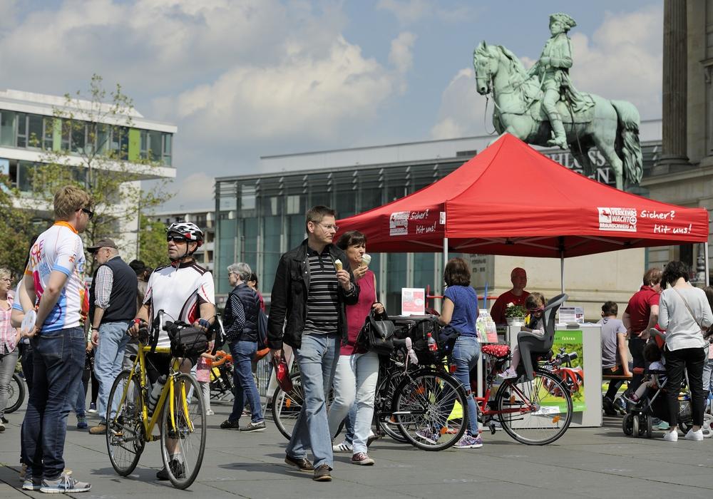 """Die """"fahrradtage"""" auf dem Schlossplatz informierten Freizeitradler und Sportler über neue Trends rund um das Thema Fahrradfahren. Fotos: Braunschweig Stadtmarketing GmbH / Daniel Möller"""