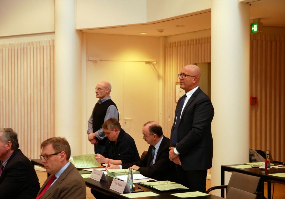 Die AfD-Kreistagsfraktion in Person von  Dr. Tyge Claussen (erster von links) und Frank Schmidt (dritter von links) verurteilt politisch motivierte Gewalt.  Archivfoto: Alexander Panknin
