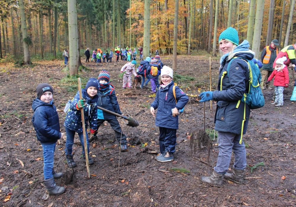 Schülerinnen und Schüler der Grundschule Harztorwall bei der Baumpflanzung. Fotos: Alexander Dontscheff
