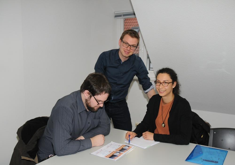 Wegbereiter-Projektleiter Marcus Voitel (m.) und Mitarbeiterin Johanna Kuchling-Pietrek (r.) beraten einen Studierenden zu alternativen Perspektiven zum Studium. Foto: Simone Burgdorf