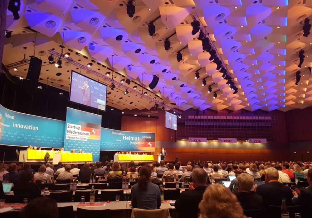 Der neue Generalsekretär der CDU Niedersachsen Kai Seefried präsentert den Delegierten eine Zukunfssision für Niedersachsen. Foto: CDU