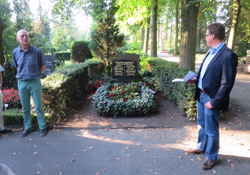 Bertold Brücher (DGB-Kreisverbandsvorsitzender) und Jan Schröder (SPD-Stadtverbandsvorsitzender) am Grabmal der Antifaschisten. Foto: Privat