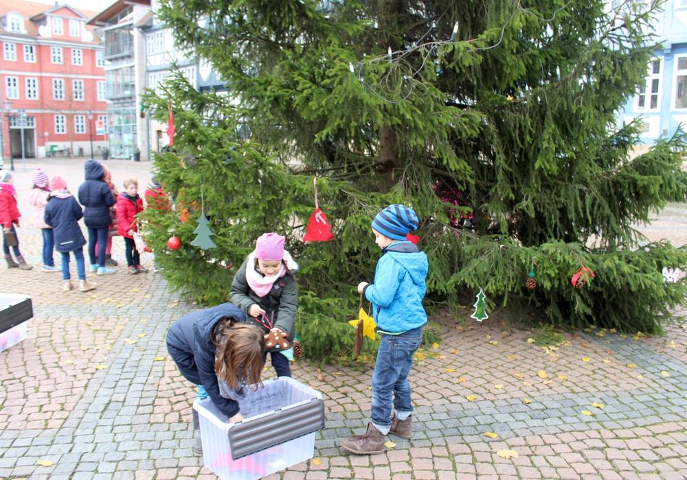 Es ist schon eine kleine Tradition, dass die Kinder der Grundschule Harztorwall die Friedenstanne schmücken dürfen. Fotos: Alexander Dontscheff