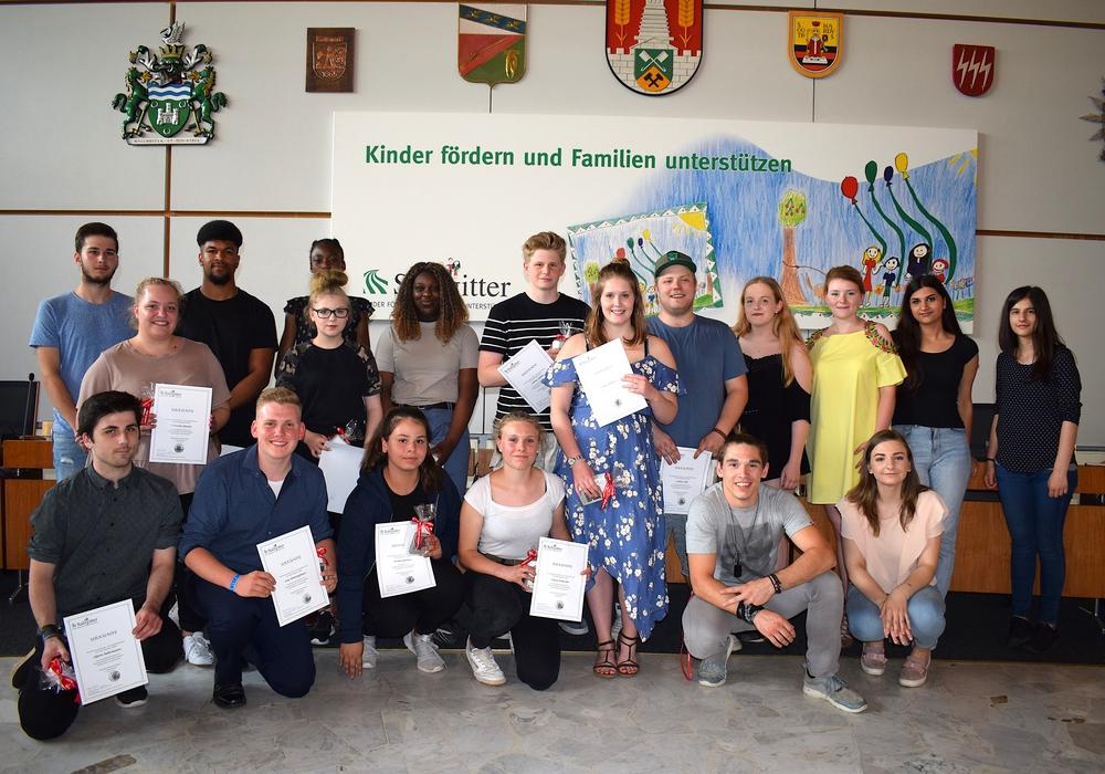 Die neuen und ausscheidenden Mitglieder des Jugendparlamentes der Stadt Salzgitter während der konstituierenden Sitzung. Foto: Stadt Salzgitter