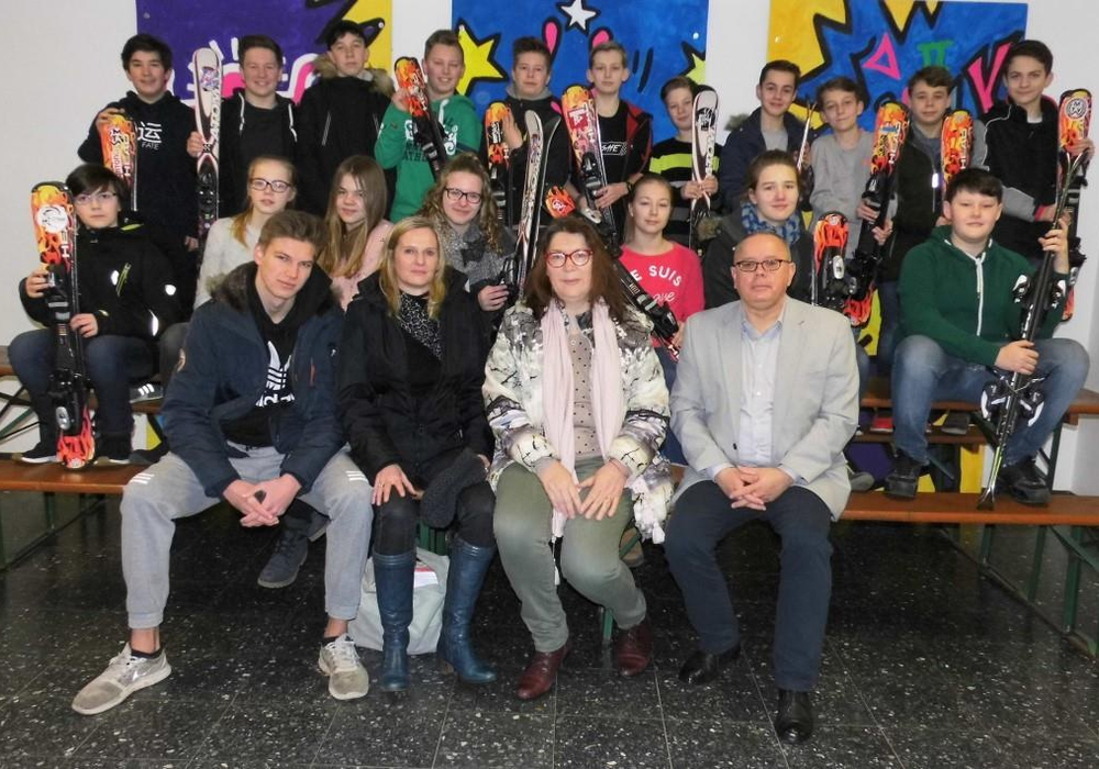 Der Ehemaligenverband des THG unterstützt die Skifreizeit. Mit einem Teil der Schülerinnen und Schüler freuen sich: Hannes Golombek (Skilehrer), Anja Golombek (Lehrkraft) sowie Gabriela Aßmann und Andreas Meißler vom Verband (v. li.). Foto: Privat.