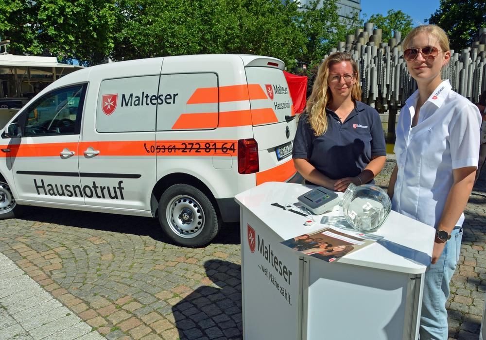 Anita Fichter (links) und Diensteleiterin Mareike Maasberg stellten den Hausnotruf vor. Foto: Lukas/Malteser