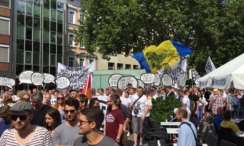 Auch Eintrach-Fans gingen auf die Straße.