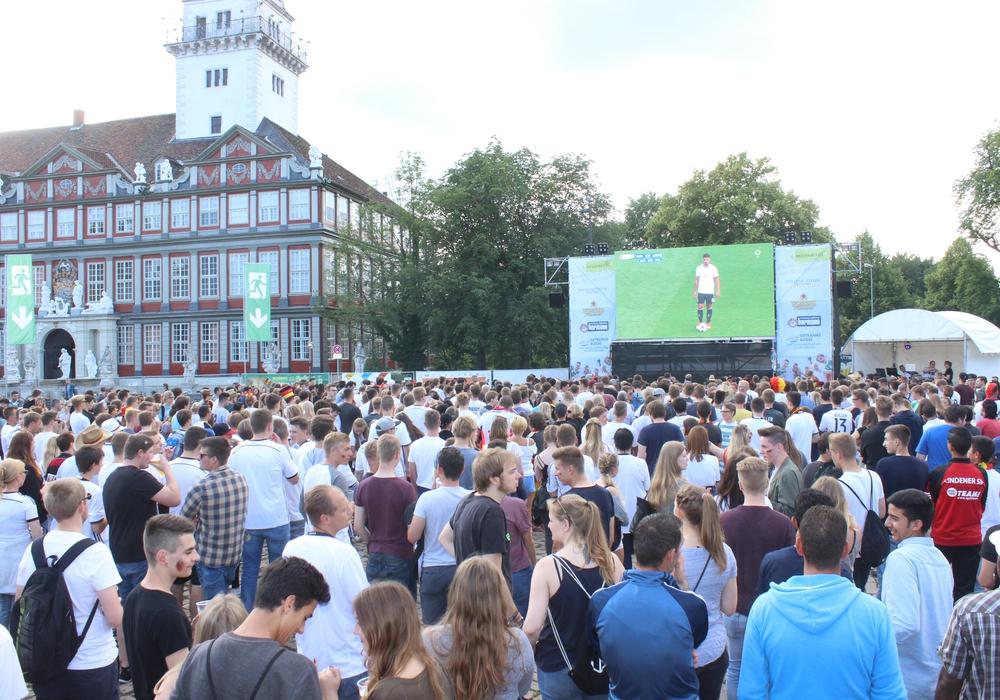 Public Viewing auf dem Schlossplatz in Wolfenbüttel. Foto: Anke Donner