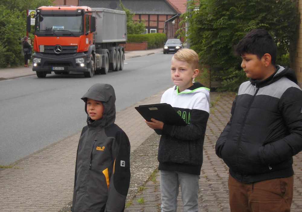 Am Steinweg beobachteten die Grundschüler den Verkehr und kamen einigen Rasern auf die Schliche. Fotos: Verkehrswacht Wolfsburg