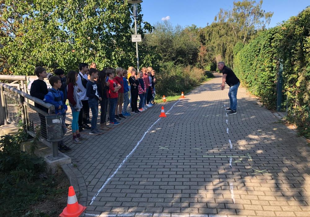 Die Kinder lernten den Bremsweg eines Autos kennen. Foto: Große Schule