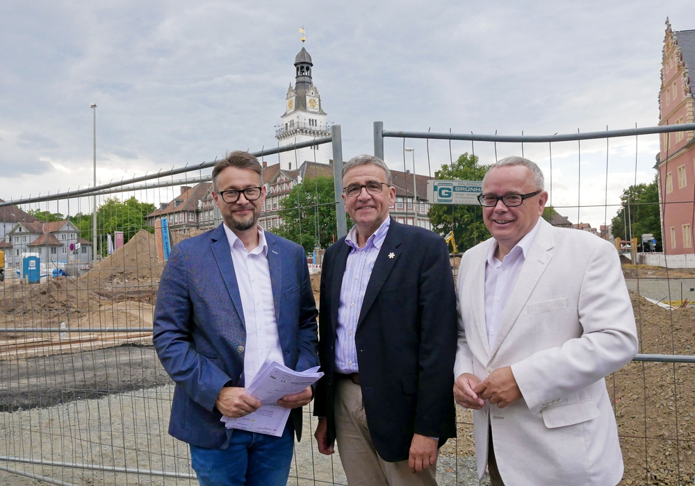 "Ivica Lukanic, Thomas Pink, Andreas Meißler vor der Großbaustelle ""Schlossplatz"". Fotos: Alexander Panknin"