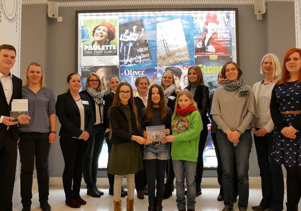 Von rechts: Sarah Wurche, Elke Neumann (Schulleiterin) und Thyra Graff von der Grundschule am Geitelplatz mit drei ehemaligen Schülerinnen Jette, Emilia und Jaqueline sowie das Serviceteam des Lessingtheaters. Foto: Privat