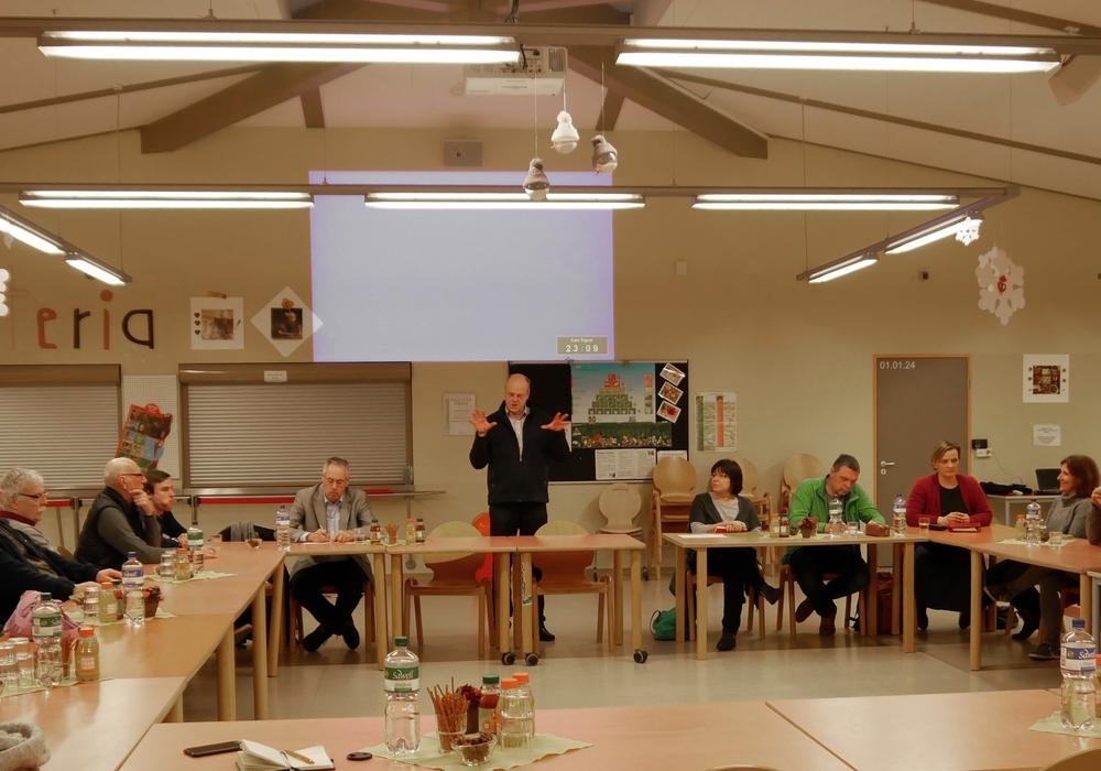 Schulleiter  Hans-Günter Gerhold begrüßt die Gäste in der Cafeteria des Gymnasiums Salzgitter-Bad. Foto: Alexander Panknin